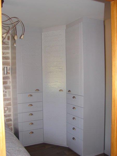 Aménagement de placards et étagère dans une chambre par Mobilier du Lac