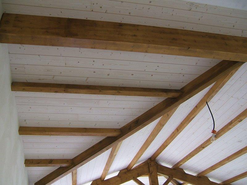 Plafond en lambris avec poutres apparentes par Mobilier du Lac