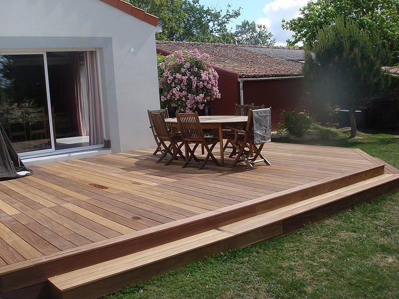 Terrasse en bois avec salon de jardin en bois par Mobilier du Lac