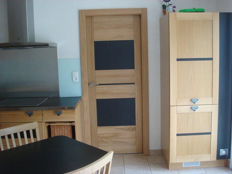 Menuiserie intérieure avec porte et meubles en bois réalisés par Mobilier du Lac