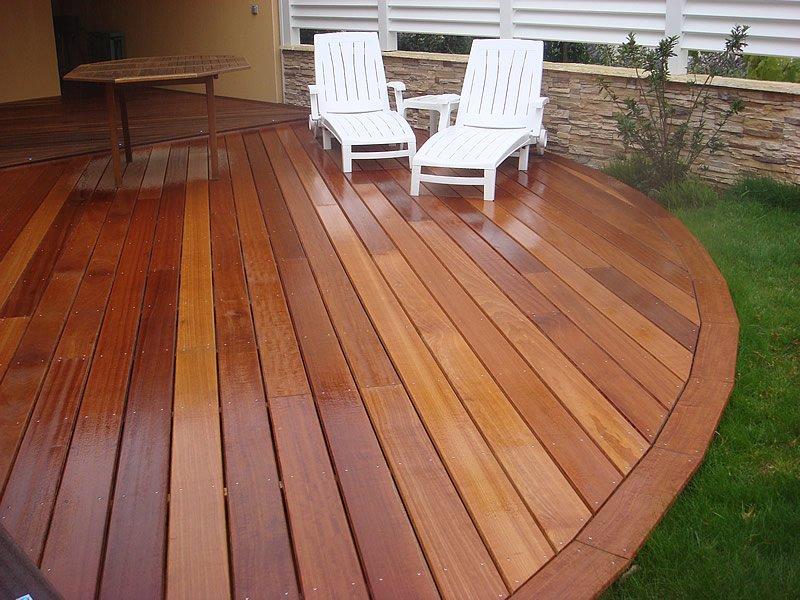 Terrasse en bois avec chaises longues de jardin par Mobilier du Lac